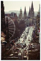 Edinburgh (Cruces del Sur) Tags: city trees people bus buildings scotland edificios edinburgh arboles gente unitedkingdom ciudad escocia personas cables newyearseve autobus edimburgo omnibus añonuevo noria reinounido