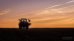 C'est l'heure de renter (- Olivier B. - Entre terres et ciel -) Tags: b sunset canon john ciel 7d entre et deere olivier tracteur terrano terres 100400 7430 horsch 3fx
