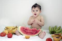 Frutas (O Grapina) Tags: frutas brasil canon 50mm sofia bahia 18200mm itabuna oitomeses 60d ograpiuna rafaelalmeidateixeira 31122011 sofiaester