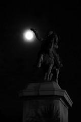 Napoléon, basketteur? (Vutana Kham) Tags: france statue lune noir basket ballon napoleon normandie et blanc cherbourg
