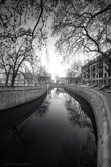 Quai de la fontaine (Le***Refs *PHOTOGRAPHIE*) Tags: trees bw white black reflection water lines architecture nikon perspective wideangle nb reflet arbres nimes quai lignes romaine 10mm d90 jardindelafontaine pointdefuite lerefs