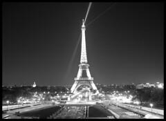 Paris de Noche, monocromo (CURZU@) Tags: paris france canon eos luces noche europa torre eiffel torreeiffel francia canoneos 50d nocheenparis eos50d canoneos50d canon50d parisiluminado