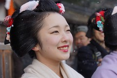 (nobuflickr) Tags: people woman snow beautiful smile japan kyoto maiko   kimono     yasakajinjashrine miyagawachou toshimana  20120202dsc00149