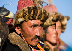 MONGOLIA (BoazImages) Tags: life portrait mountains male hat asian outdoors costume clothing couple asia faces eagle traditional hunting culture hats documentary lifestyle mongolia hunter tradition centralasia kazakhstan kazakh hunters aquilachrysaetos altai altay abigfave boazimages westernmongolia bayanlgii