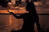 Qualquer um pega o sol com a mão II (DeyseCruz) Tags: sunset portrait penelopeumbrico