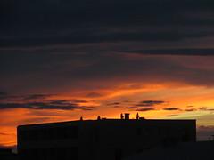 Ciel de feu (asmoth360) Tags: sunset clouds cloudy ciel soire nuage soir toit btiment immeuble coucherdesoleil toiture parabole antennes