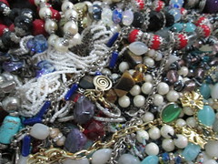 IMG_0433 Caos de bijuterias (gloriafflima) Tags: bijuterias