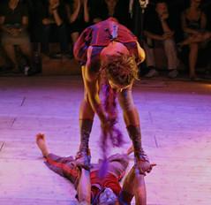 chalon dans la rue 2008 (jmzapico) Tags: digital canon eos 350d cirque thtrederue chalondanslarue acrobatie artsdelarue canoneos350ddigital chalon2008 lecubitusdumanchot jmzapico