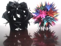 Da esquerda para a direita: Kusudama Arabesque e Pluto (Ygor Albuquerque) Tags: sea pluto urchin seaurchin arabesque kusudama kusudamaseaurchin kusudamaarabesque kusudamapluto
