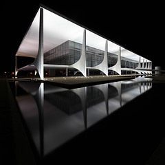 Palcio do Planalto - Brasilia (david.bank (www.david-bank.com)) Tags: brazil brasil architecture night canon reflections square stitch shift tilt reflexions brasilia tse praadostrspoderes oscarniemeyer 17mm palciodoplanalto