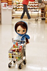 12/366 Grocery Shopping (Squirrel Junkie) Tags: vintage shopping hope kenner blythe 12 brunette grocerystore 1972 72 kb twelve bpc akad adad 12366 wispybangs adolladay blythephysicalchallenge kenner365 akenneraday pursebyblythephotos 45wildcard