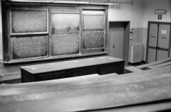 Aula 3.2 (David La Guardia) Tags: bw 35mm canon 50mm kodak tmax e 400 da bologna fotografia f18 bianco negativo nero analogica ftb fd scansione facolt dingegneria