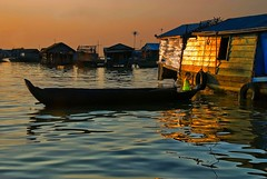 Vita sull'acqua (Tati@) Tags: light sunset lake water houseboats tonlesap cambogia siemreapprovince mygearandme mygearandmepremium mygearandmebronze mygearandmesilver mygearandmegold mygearandmeplatinum mygearandmediamond
