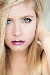 Purple glitter (Brindi Low) Tags: beauty glitter blueeyes naturallight blonde cateye blackeyeliner rc6 purplelipstick canon5dmarkii goldlipstick brindilow