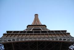 Torre Eiffel (Noemi.db) Tags: colore edificio cielo torreeiffel alto francia parigi prospettiva ferro struttura lineare