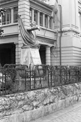 Il dito accusatore (sirio174 (anche su Lomography)) Tags: como statua dito felicecavallotti cavallotti monimento