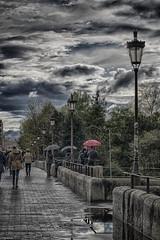 mirando la crecida (rosalgorri1) Tags: street primavera puente lluvia exterior nubes tormenta nublado paraguas reflejos