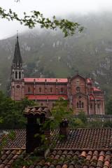 Baslica de Santa Mara la Real de Covadonga (monchoparis) Tags: espaa mountain church montagne canon eos spain iglesia asturias montaa espagne glise santuario asturies covadonga 500d principadodeasturias santuariodecovadonga tamron18270