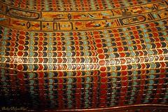 détail du couvercle du cercueil intermédiaire (Barbara DALMAZZO-TEMPEL) Tags: bruxelles exposition masque détail couvercle momie bandelettes cercueilintérieur