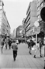 Düsseldorf 1979: Schadowstraße (graufuchs) Tags: city blackandwhite bw white black film monochrome 35mm vintage germany deutschland town minolta ilfordhp5 stadt nrw sw hp5 himatic 40mm monochrom nophotoshop schwarzweiss düsseldorf 1979 ilford 7sii einfarbig silverfast minoltahimatic7sii kleinbild proscan7200 refelctascan reflectaprosacen