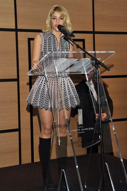 SHAKIRA recibe condecoración del ministro francés de Cultura