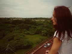 Algo de viento. (Lelé.) Tags: chica perfil venezuela nostalgia universidad zulia balcon aire libre pelirroja altura vegetacion pensativa