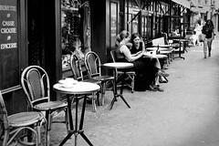 Les femmes au table, elle sont toujours complices en cachent des secrets! (Paolo Pizzimenti) Tags: paris film café table paolo secret femme olympus dxo bastille zuiko amie ronis e5 complicité pellicule