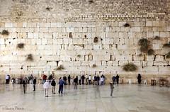 Muro de las lamentaciones (Beatriz Pitarch) Tags: longexposure people muro wall pared noche israel gente jerusalem nocturna ghosts fantasmas jerusalen westernwall wailingwall largaexposicin murodelaslamentaciones decaraalapared