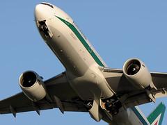 Boeing 777-243/ER, Alitalia, I-DISU (DrinkyB) Tags: rome roma boeing alitalia fiumicino fco b777 b772 lirf idisu b777243er