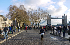 Walking to the Bridge (MauriceVanGestel Photography) Tags: road city uk greatbritain inglaterra bridge england people sun london tower sol stone thames towerbridge river walking relax puente leute gente unitedkingdom britain toren stones walk united hill great relaxing atmosphere kingdom ciudad gb gran sight brug relaxed lopen zon toweroflondon sights stad gezellig engeland towerhill steen londen mensen stenen groot bretaa rivier sfeer vk londonengland zonnetje bezienswaardigheid granbretaa thameslondon towerlondon towerbridgelondon koninkrijk theems verenigd grootbrittanni verenigdkoninkrijk bezienswaardigheden brittanni londresinglaterra towerbridgelonden londenengeland bezienswaardigheidlonden sightlondon theemslonden