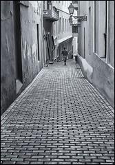 CALLEJON GAMBARO GOMEZ (Samy Collazo) Tags: urban bw man farola puertorico streetlamp streetphotography pb bn cobblestones sanjuan lampara farol hombre adoquines lightroom urbanphotography yashicaelectro35gsn fotocallejera blackwhitephotos lightroom3 silverefex