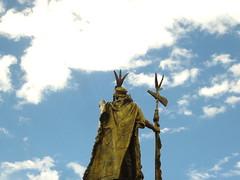 Loco cacha! (Hi sashi) Tags: statue cuzco cusco estatua plazadearmas pachacútec