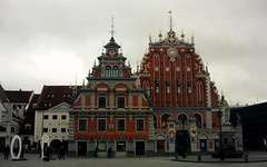 House of the Blackheads, Riga - Latvia (Rakel Reds) Tags: old house building town latvia german brotherhood merchants guild picnik riga latvian nams lettonia blackheads unmarried vecriga schwarzhupterhaus houseoftheblackheads melngalvju