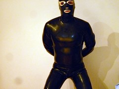 rubberist in latex (lulax40) Tags: latex catsuit rubberist gummifetishist gummisklavelatexfetishrubberrubberistgummisaucatsuitmassgeschneidert