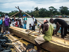 Tradicin (felipebeatle) Tags: wood people man work river boat colombia choc atrato quibd