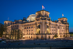 Reichstagsgebude (Michael_H.) Tags: longexposure panorama berlin architecture outdoor haus reichstag architektur bluehour parlament spree bauwerk bundestag regierung gebude goverment regierungsviertel langzeitbelichtung kuppel blauestunde spreebogen rckseite langzeitbelichtungen hystorisch berlinbeinachtnightshot