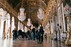 Versailles - Touristes  (manon.couet) Tags: france 50mm minolta lumire or culture galerie des versailles chateau monde groupe gens tourisme roi patrimoine glaces x700 touriste