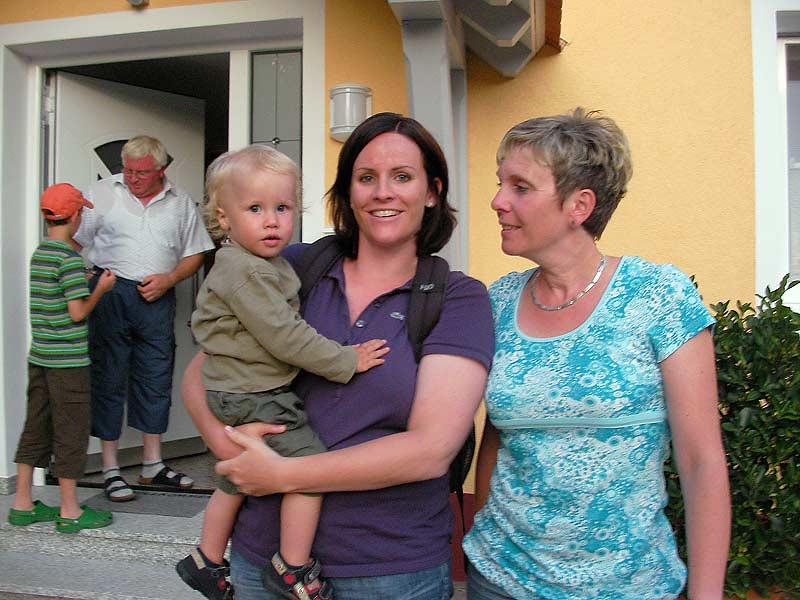 Kastanienhof Selz - Familie vorm Haus