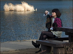 Look (Christian Lagat) Tags: camera woman lake girl look japan femme lac bank  seated fille japon kawaguchiko rive  regarder assise appareilphoto nikkor1855mmf3556 nikond90