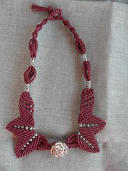 Girocollo bordeaux con rosa (patty macram) Tags: collier bijoux creazioni macrame makrame gioielli ciondoli accessori macram girocolli margaretenspitze