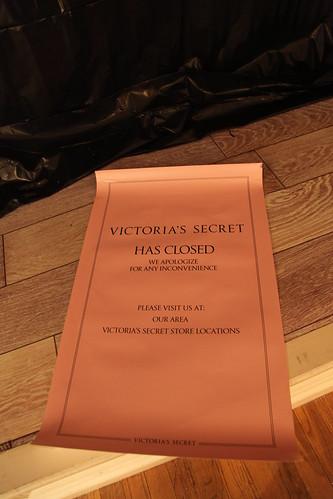 Victoria's Secret has closed sign