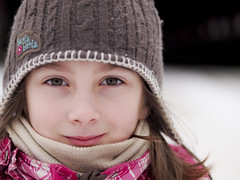 Hurlu-berlu (MomoFotografi) Tags: portrait macro green girl 50mm eyes child olympus yeux f2 brigham eastern enfant fille tuque estrie townships e5 verts zd olympuse5