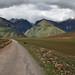 Il bellissimo percorso che da Maras porta alle Salineras con le montagne all'orizzonte
