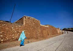 Woman passing in front of Harar old walls - Ethiopia (Eric Lafforgue) Tags: tribo äthiopien etiopia ethiopie etiopía 6862 エチオピア etiopija ethiopië 埃塞俄比亚 etiopien etiópia 埃塞俄比亞 etiyopya אתיופיה эфиопия 에티오피아 αιθιοπία 이디오피아 種族 етиопија 衣索匹亚 衣索匹亞