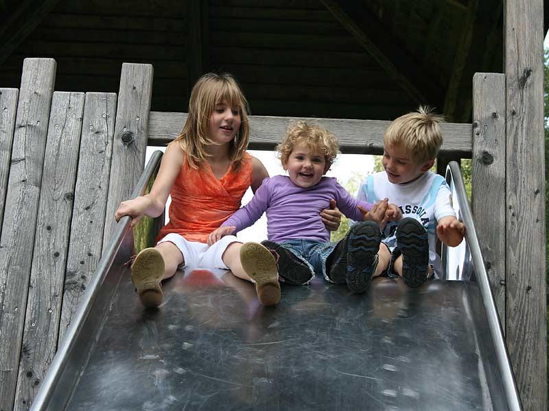 Ferienwohnungen Selz - Kinder auf der Rutsche