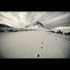 Buachaille Etive Mr - Deer Tracks on the frozen river Etive (David Hannah) Tags: winter red house mountain snow cold west clouds river scotland frozen highlands or peak glen deer highland kings coe buachaille etive herdsmen the lochaber munro gleann stob dearg eite mr beuckle welcomeuk