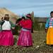 Donne uros cantano un motivetto per i turisti