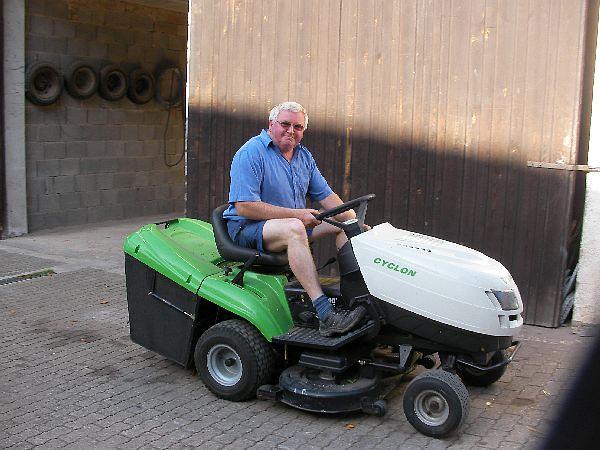 Herr Selz auf dem Rasenmäher