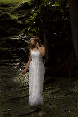 Doncella en el bosque (Tania Cabal) Tags: light color blanco luz nature vertical de pie mujer woods arte bosque romantic panamá traje panamacity belleza centralamerica cuerpo doncella pensativa femenina entero delicada artística