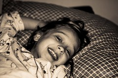 Rveil joyeux (Happy Wake-up) (Serge Weyckmans) Tags: life sleeping white black girl up sunrise canon happy nice bed wake sleep teeth lit 18 50 dormir sourire efs ef joie dents rveil sommeil heureux 450d